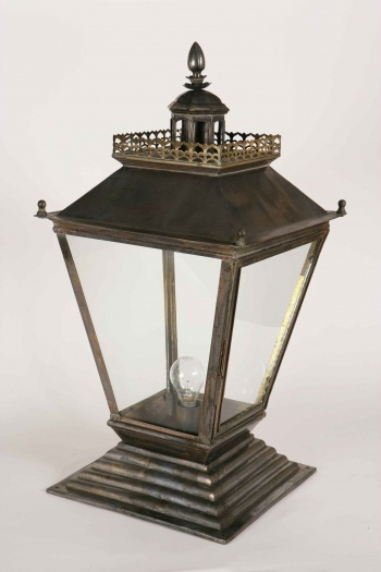 Medium Chateau Gate Lamp